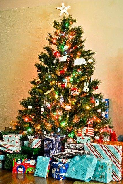 Künstlicher Weihnachtsbaum mit Geschenken